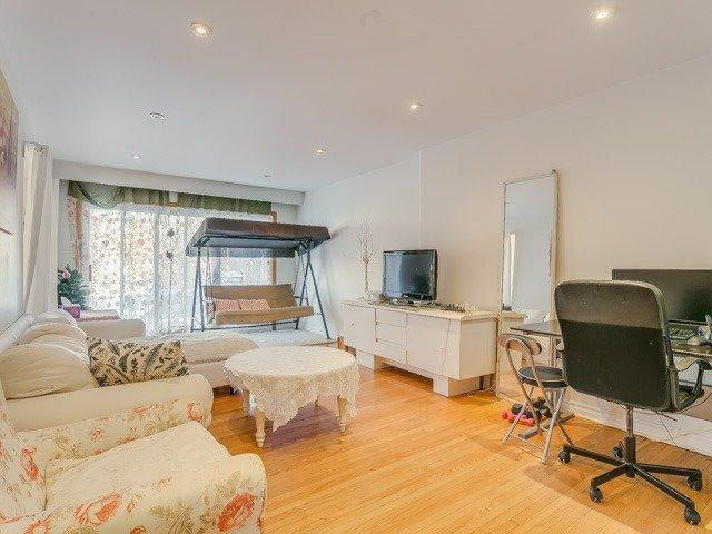 """<p><a href=""""https://www.zoocasa.com/toronto-on-real-estate/5057720-20-fontainbleau-dr-toronto-on-m2m1n9-c4031675"""" rel=""""nofollow noopener"""" target=""""_blank"""" data-ylk=""""slk:20 Fontainbleau Dr., Toronto, Ont."""" class=""""link rapid-noclick-resp"""">20 Fontainbleau Dr., Toronto, Ont.</a><br> The open layout of the home makes it ideal for entertaining.<br> (Photo: Zoocasa) </p>"""