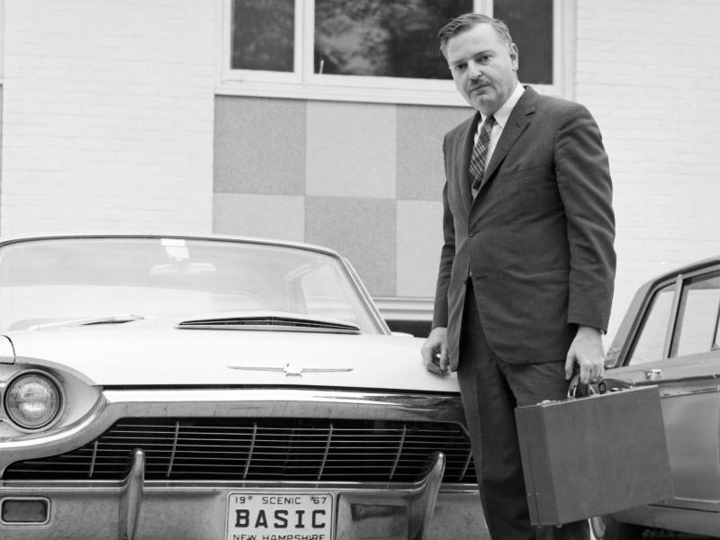 Der Mit-Erfinder von BASIC, John Kemeny, der sein Auto mit dem Kennzeichen BASIC vorführt. Foto: Adrian N. Bouchard/Rauner Special Collections Library/Dartmouth College