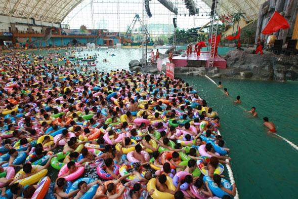 Chinese holidaymakers cram into swimming pool to escape heatwave