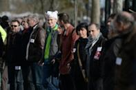 Paris human chain gives emotional jolt to climate summit