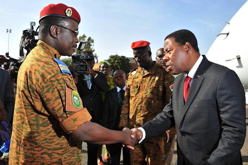 Burkina Faso's Prime Minister Isaac Zida (L) greets President of Benin Yayi Boni upon his arrival at Ouagadougou airport to atttend the handing over ceremony to the country's new interim president on November 21, 2014 (AFP Photo/Sia Kambou)