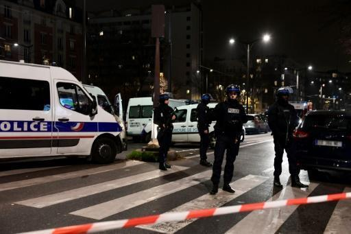 Hostages safe in Paris armed robbery, thief on the run: police