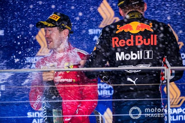 "Sebastian Vettel, Ferrari, primo classificato, e Max Verstappen, Red Bull Racing, terzo classificato, spruzza Champagne sul podio <span class=""copyright"">Sam Bloxham / LAT Images</span>"