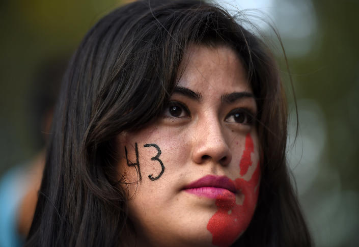 A young woman takes part in a demonstration demanding information on the whereabouts of the 43 missing students, in Mexico City on November 5, 2014 (AFP Photo/Ronaldo Schemidt)