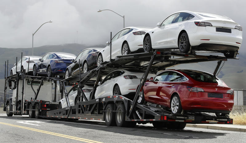 Un camión transportando vehículos de Tesla en Fremont, California. (AP Photo/Ben Margot)