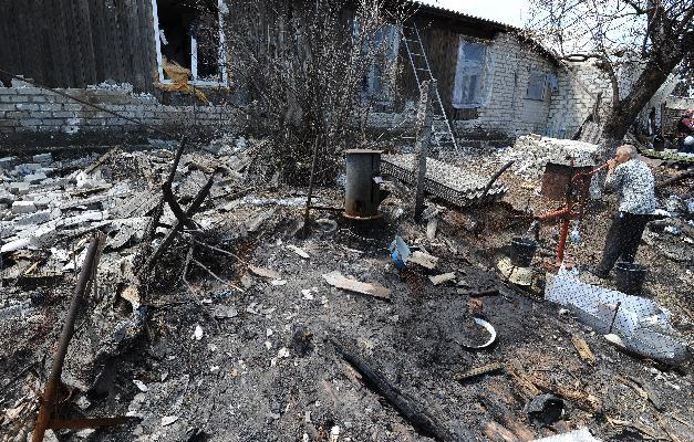 A house that was destroyed after daily bombardments carried out by Ukrainian armed forces in the village of Stanitsa Luganskaya, on July 12, 2014 (AFP Photo/Dominique Faget)