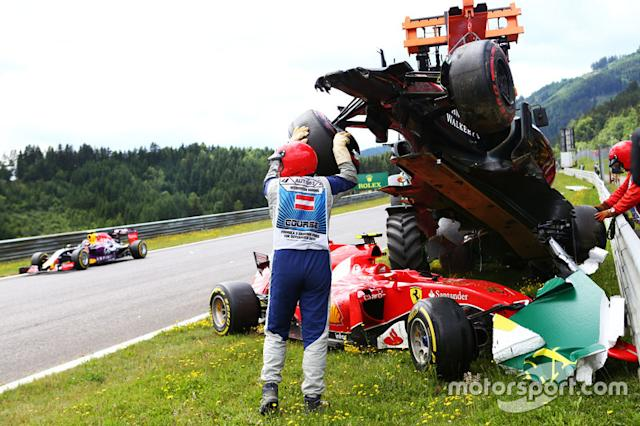 "Marshals en el accidente inicial que implica Fernando Alonso, McLaren MP4-30 y Kimi Raikkonen, Ferra <span class=""copyright"">XPB Images</span>"