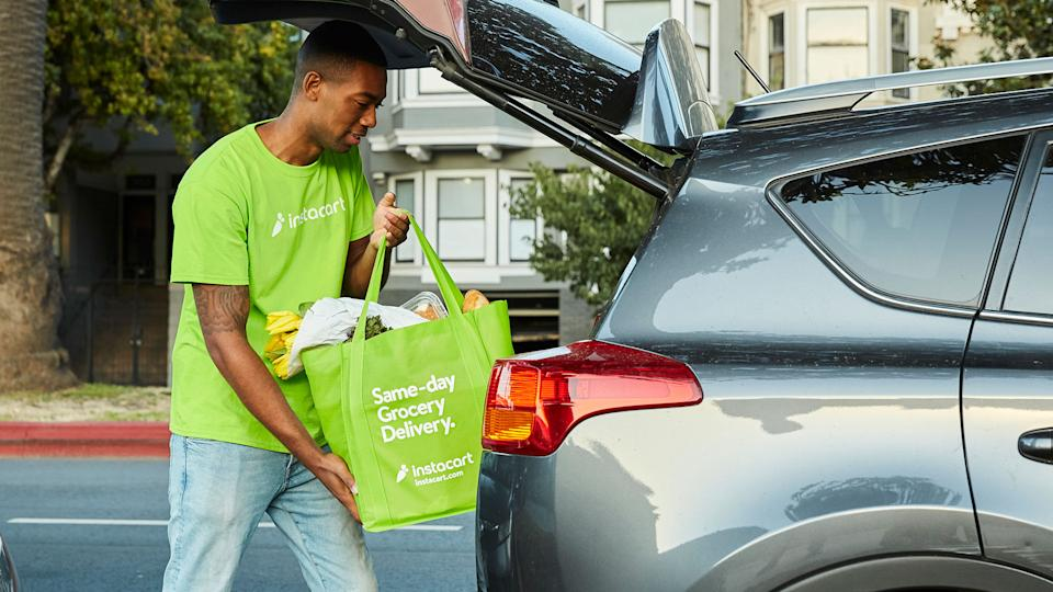 shopper loading car with grocery delivery - Instacartjpg