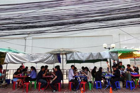 People eat their lunch at a street food shop in Bangkok, Thailand April 20, 2017. REUTERS/Athit Perawongmetha