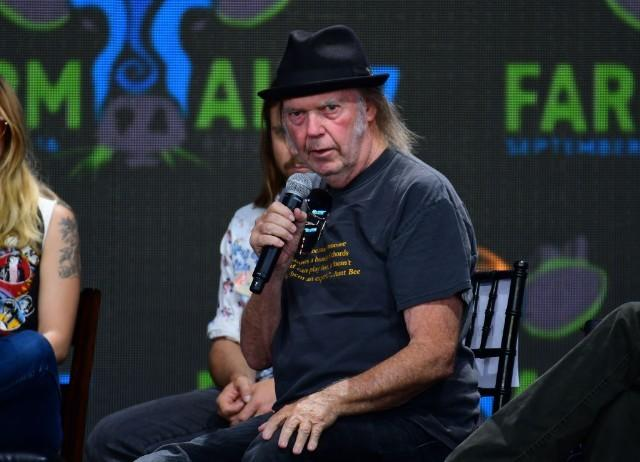 """Neil Young On NRA Spokesperson Dana Loesch's Hatred Of His Music: """"Why Doesn't She Just Shoot Me?"""""""