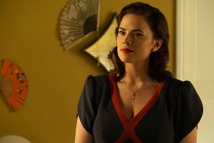 Hayley Atwell wears 50's clothes