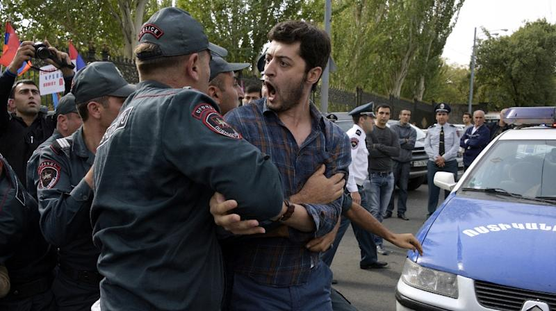 Armenian police detain an opposition supporter during a protest in central Yerevan on October 5, 2015 as lawmakers voted in favor of holding a referendum on the proposed transition to a parliamentary republic (AFP Photo/Karen Minasyan)