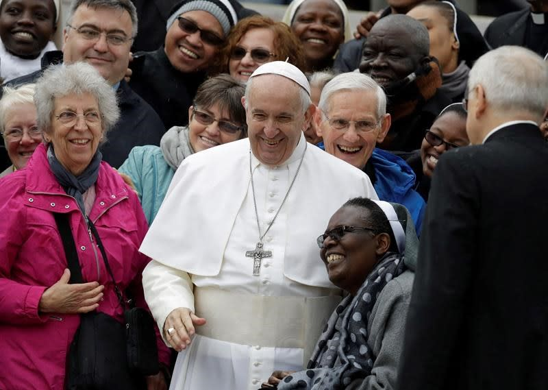 Pope urges foreign media to use power of press to seek truth