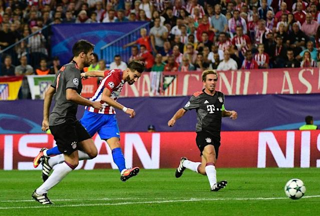 Atletico Madrid's Yannick Carrasco (C) shoots to score past Bayern Munich's Philipp Lahm (R) during their UEFA Champions League Group D match (AFP Photo/Pierre-Philippe Marcou)
