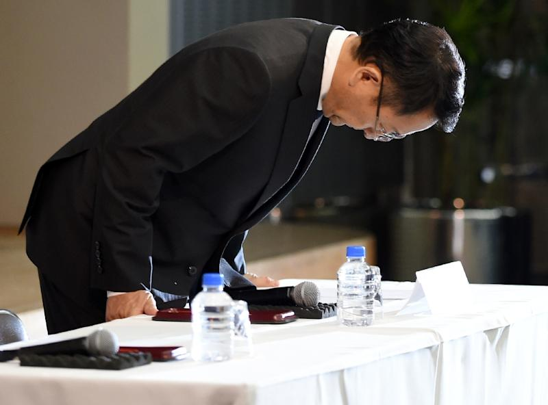 Toyota Motors president Akio Toyoda bows at a press conference following the arrest of the company's managing officer Julie Hamp at their headquarters in Tokyo on June 19, 2015 (AFP Photo/Toshifumi Kitamura)