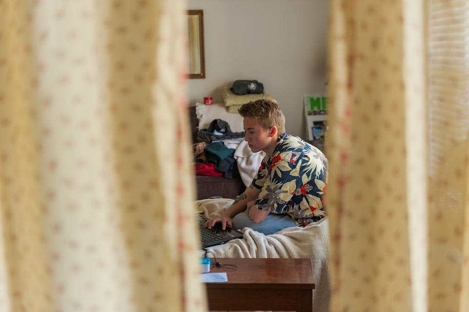 Preston Curts works on school work at his home in Ocala, Florida. (Photo: Chris McGonigal/HuffPost)