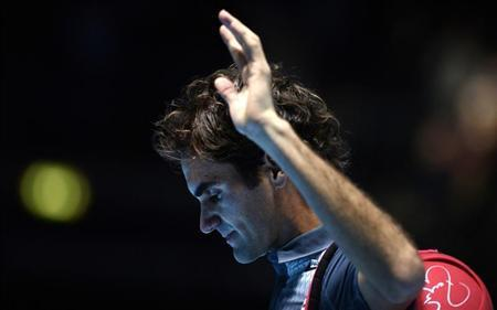 Roger Federer of Switzerland waves to the crowd after losing to Rafael Nadal of Spain in their men's singles semi-final tennis match at the ATP World Tour Finals at the O2 Arena in London November 10, 2013. REUTERS/Dylan Martinez