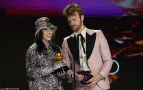 "Billie Eilish, izquierda, y Finneas reciben el Grammy a la grabación del año por ""Everything I Wanted"" el domingo 14 de marzo de 2021 en Los Angeles. (AP Foto/Chris Pizzello)"