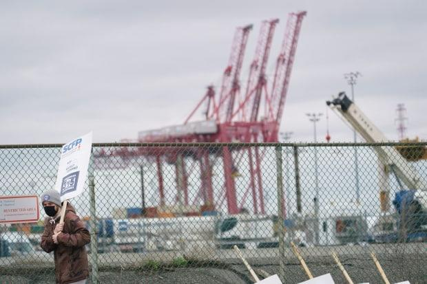 Workers began picketing Monday morning at several Port of Montreal facilities. (Ivanoh Demers/Radio-Canada - image credit)