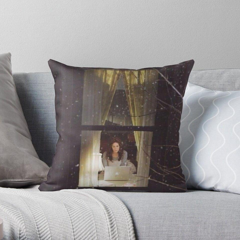 """<p>redbubble.com</p><p><strong>$21.65</strong></p><p><a href=""""https://go.redirectingat.com?id=74968X1596630&url=https%3A%2F%2Fwww.redbubble.com%2Fi%2Fthrow-pillow%2FSEX-AND-THE-CITY-by-anoooukk%2F25513946.5X2YF&sref=https%3A%2F%2Fwww.cosmopolitan.com%2Fentertainment%2Ftv%2Fg35599682%2Fgift-ideas-for-sex-and-the-city-fans%2F"""" rel=""""nofollow noopener"""" target=""""_blank"""" data-ylk=""""slk:SHOP NOW"""" class=""""link rapid-noclick-resp"""">SHOP NOW</a></p><p>The image of Carrie typing away on her laptop from outside of her apartment window on a pillow? Gorgeous. And comfy!</p>"""