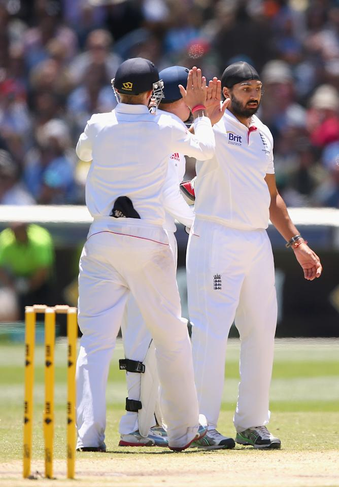 MELBOURNE, AUSTRALIA - DECEMBER 29:  Monty Panesar of England  is congratulated by team mates after getting the wicket of Chris Rogers of Australia during day four of the Fourth Ashes Test Match between Australia and England at Melbourne Cricket Ground on December 29, 2013 in Melbourne, Australia.  (Photo by Quinn Rooney/Getty Images)