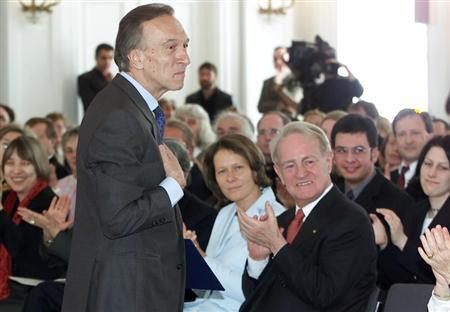 Claudio Abbado (L), former conductor of the Berlin Philharmonic Orchestra, makes a bow to the audience as German President Johannes Rau (R front) and his wife Christina (C) applaud him after an awards ceremony in Berlin April 28, 2002. REUTERS/Alexandra Winkler