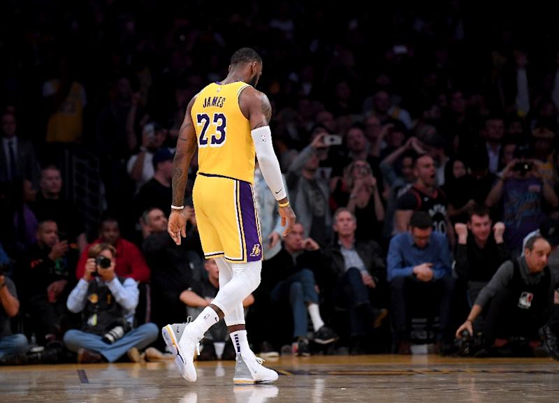 online retailer bea2f e3330 Last-gasp Spurs thwart LeBron, Lakers