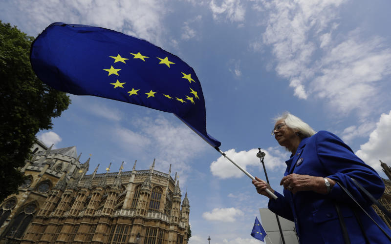 UK government defeats pro-EU lawmakers on Brexit, for now