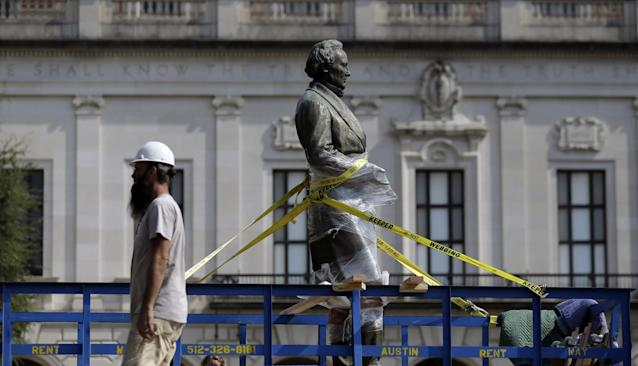 <p>A statue of Confederate President Jefferson Davis is moved from the front of the school's main tower at the University of Texas campus, Sunday, Aug. 30, 2015, in Austin, Texas. (Photo: Eric Gay/AP) </p>