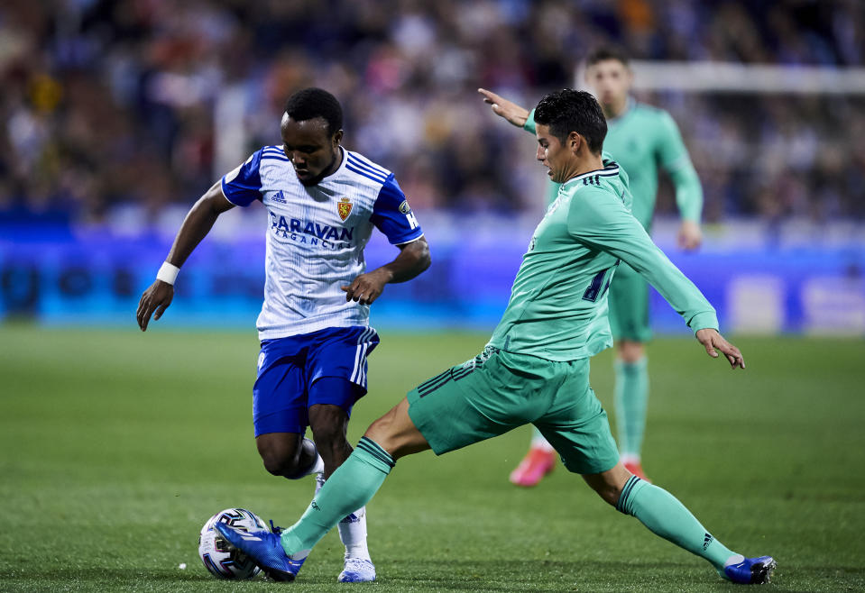 ZARAGOZA, SPAIN - JANUARY 29: James Rodriguez of Real Madrid CF duels for the ball with James Igbekeme of Real Zaragoza during the Copa del Rey Round of 16 match between Real Zaragoza and Real Madrid at La Romareda on January 29, 2020 in Zaragoza, Spain. (Photo by Juan Manuel Serrano Arce/Getty Images)