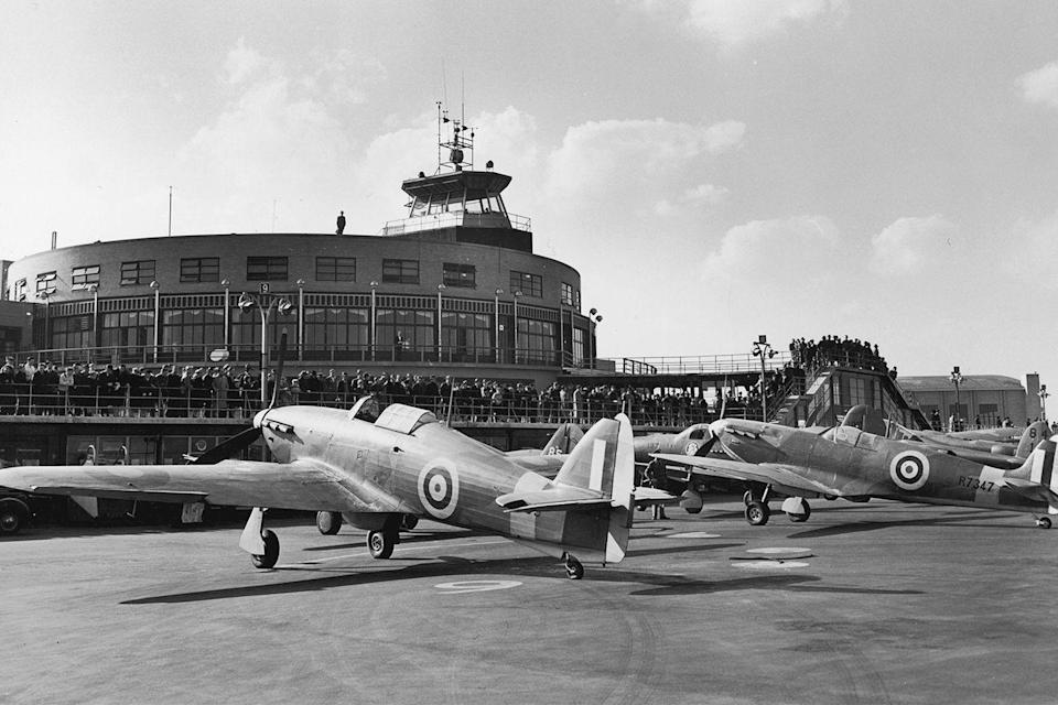 <p>Crowds line up on the Aviation Terrace of the Land Plane Administration Building to view two British fighter planes, which are on display at New York Municipal Airport (now LaGuardia Airport).</p>