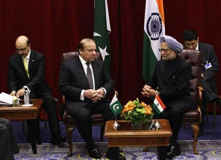 Pakistan's Prime Minister Nawaz Sharif (2nd L) meets with India's Prime Minister Manmohan Singh during the United Nations General Assembly at the New York Palace hotel in New York September 29, 2013. REUTERS/Joshua Lott