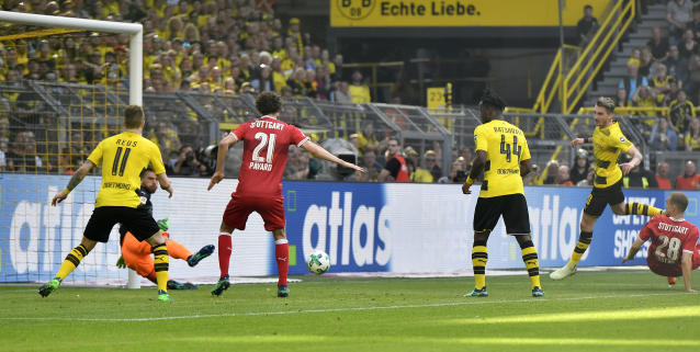 Dortmund's Maximilian Philipp, right, scores during the German Bundesliga soccer match between Borussia Dortmund and VfB Stuttgart in Dortmund, Germany, Sunday, April 8, 2018. (AP Photo/Martin Meissner)