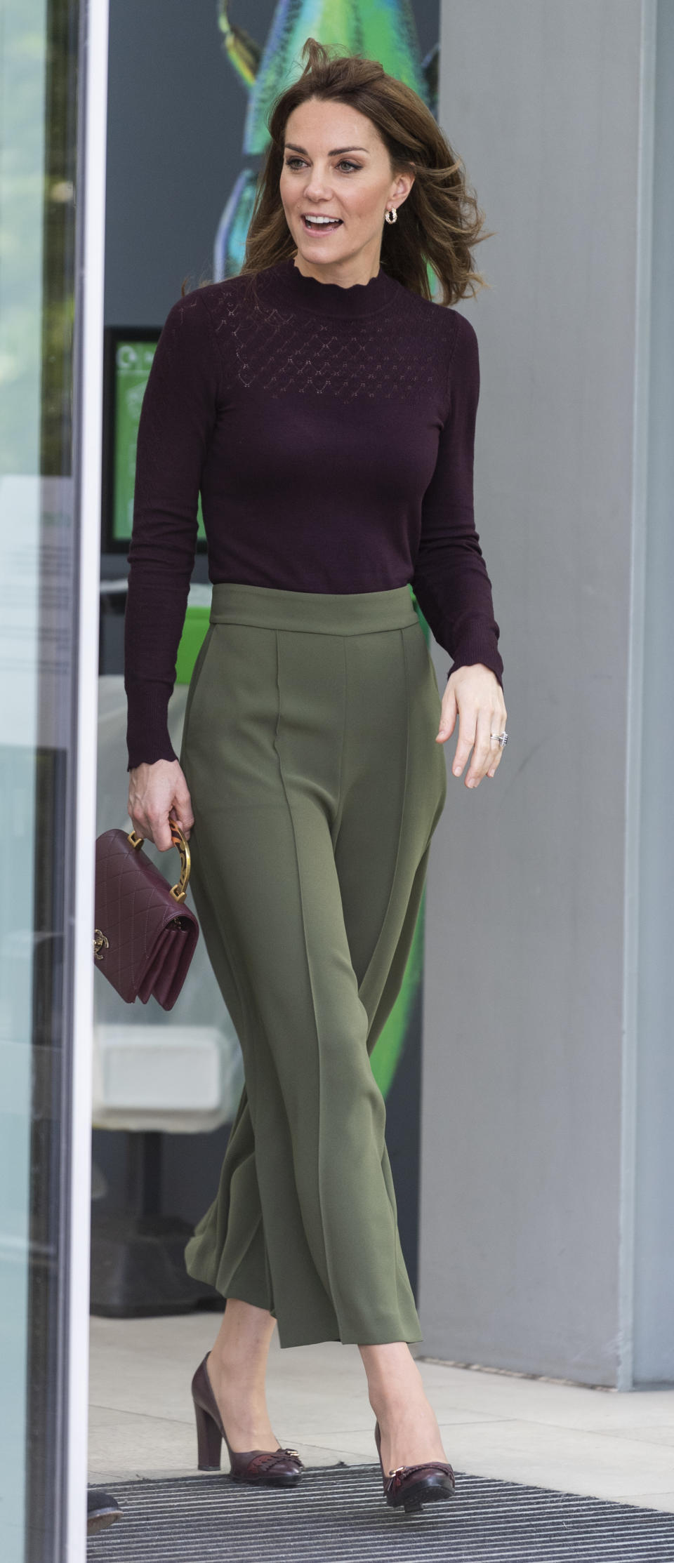 The duchess contrasted her summery locks with a chic outfit in an autumnal palette. (Photo: Mark Cuthbert/UK Press via Getty Images)