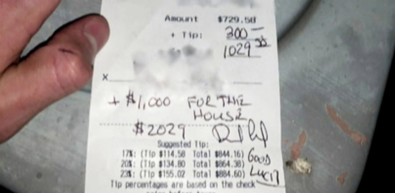 The tip and customer's comment are seen on the receipt. Source: Frogandthebull/Instagram