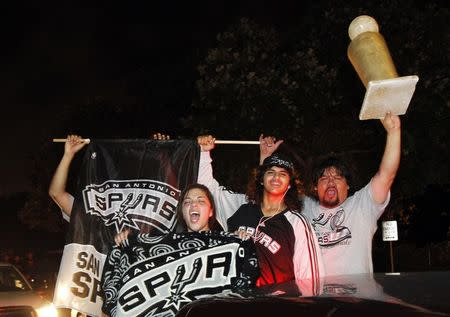 Spurs fans celebrate after San Antonio beat the Miami Heat to win their fifth NBA title. (Reuters/Mike Stone)