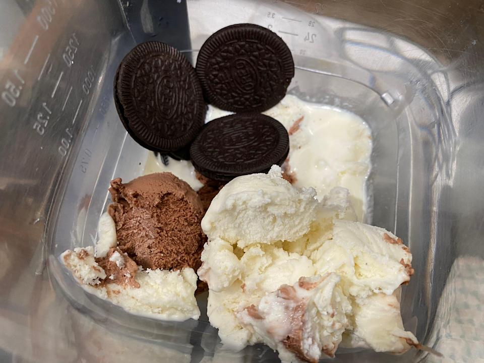 Cookies, ice-cream, heavy cream, and peppermint extract in a blender.