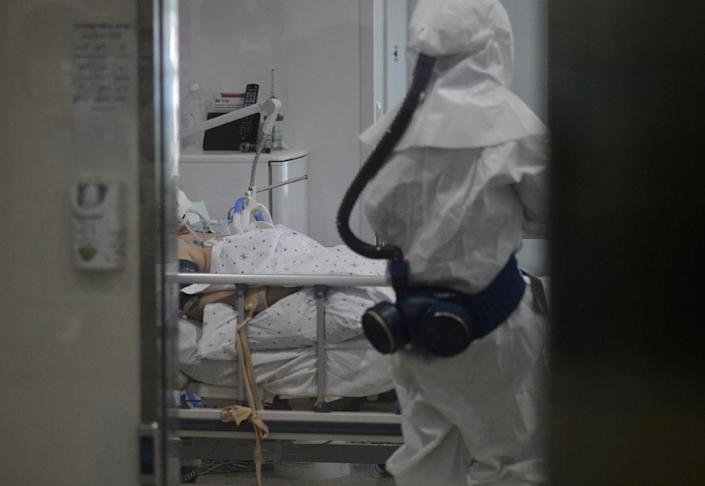 A medical staff member wearing a protective suit enters the room of a patient suffering from Middle East Respiratory Syndrome (MERS) in an isolation ward at the Seoul Medical Center in Seoul on June 10, 2015 (AFP Photo/Ed Jones)