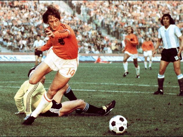 Dutch midfielder Johann Cruyff dribbles past Argen