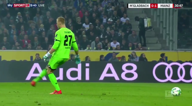 Mainz goalkeeper Robin Zentner swung his foot at the ball – or, rather, at the air where he thought the ball was. (Screen shot: Sky Sports)