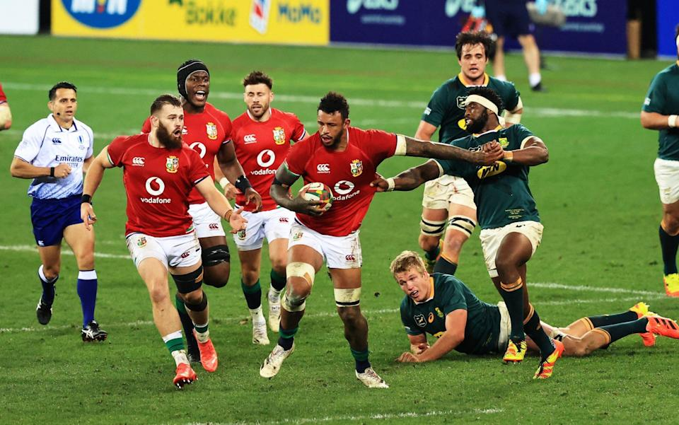 Courtney Lawes of British & Irish Lions hands off Siya Kolisi of South Africa during the 1st Test between South Africa & British & Irish Lions at Cape Town Stadium on July 24, 2021 in Cape Town, South Africa. - GETTY IMAGES
