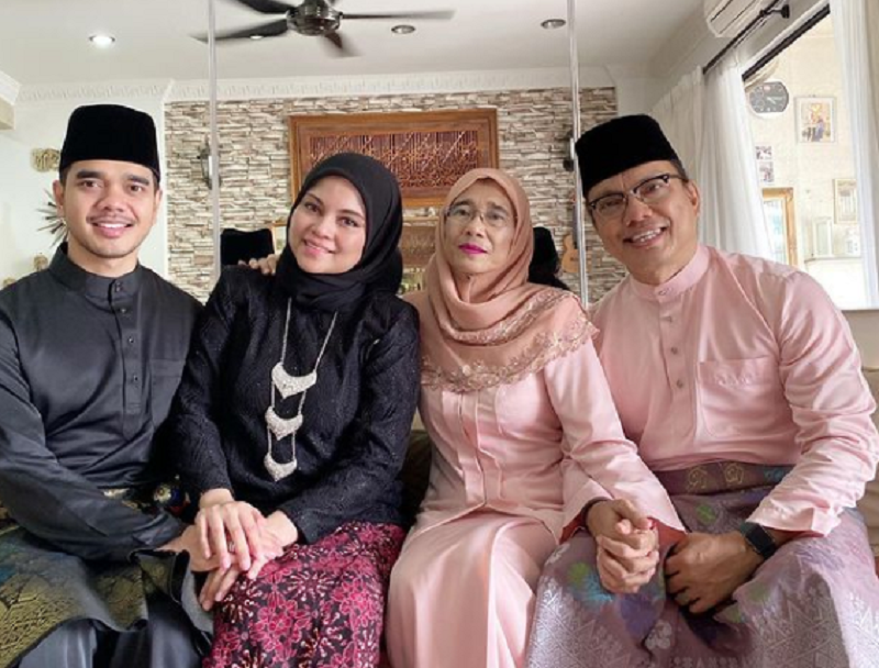 Alif's wife (second left) tested negative for Covid-19, while his parents came back with positive test results. ― Picture via Instagram/@alifsatar