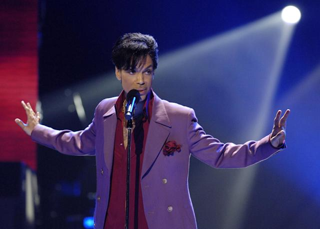 "Prince performs in a surprise appearance on the ""American Idol"" television show finale at the Kodak Theater in Hollywood, May 24, 2006. (Photo: Reuters/Chris Pizzello)"