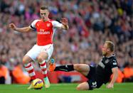 Arsenal's Calum Chambers (L) fights for the ball with Burnley's Scott Arfield during their English Premier League match at Emirates Stadium in London, on November 1, 2014 (AFP Photo/Glyn Kirk)