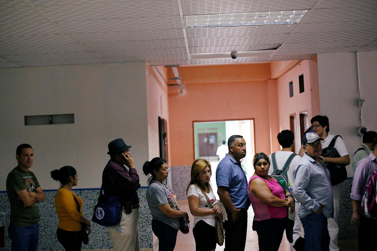 People stand in line to receive vaccination for influenza A H1N1 at a hospital in Tegucigalpa, Honduras May 15, 2018. REUTERS/Jorge Cabrera