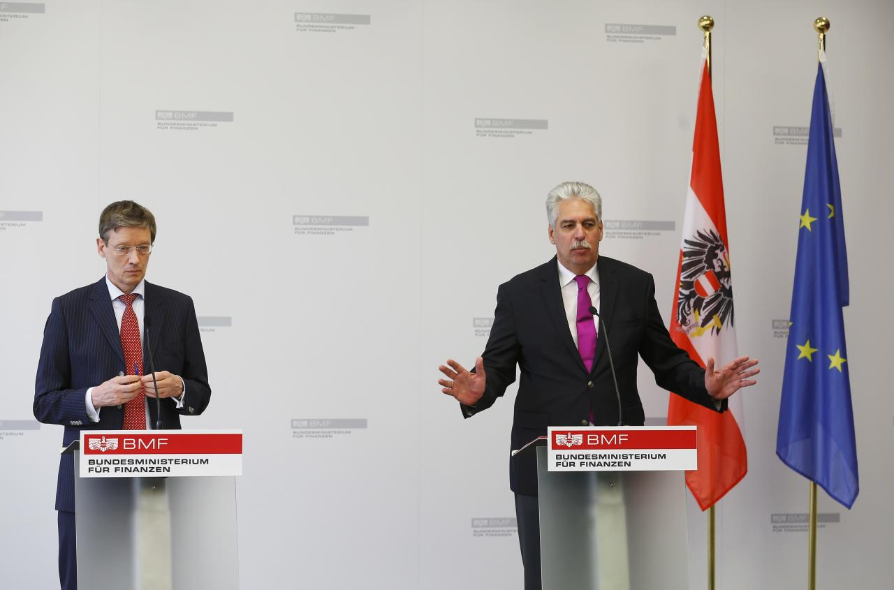 Austria's Finance Minister Hans Joerg Schelling (R) and spokesman for the umbrella group of Heta creditors Friedrich Munsberg address a news conference in Vienna, Austria, May 18, 2016. REUTERS/Heinz-Peter Bader