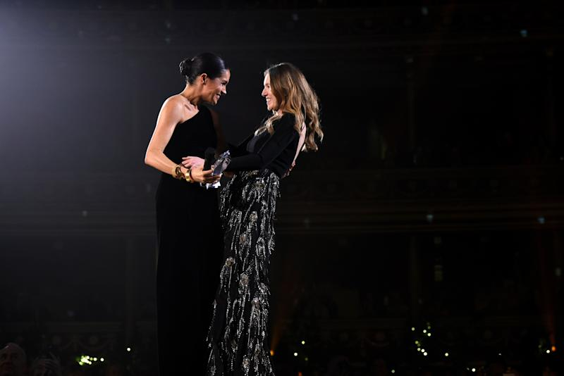 Herzogin Meghan mit Claire Waight Keller bei den Fashion Awards 2018 (Bild: Getty Images)
