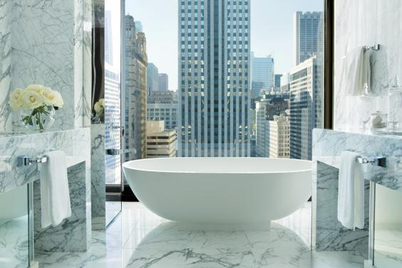 A tub with a view in the Infinity Suite at the Langham Hotel (Langham Hotel)