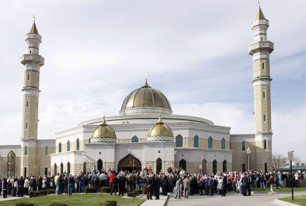 <p>DEARBORN, MICHIGAN, UNITED STATES OF AMERICA: An interfaith group rallies at the Islamic Center of America in Dearborn, Michigan. It is the largest mosque in North America and the oldest Shia mosque in the United States.</p>