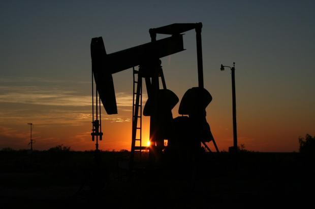 Anadarko Petroleum (APC) continues to gain from its focus on domestic assets, and share the benefits with its shareholders through share buybacks and dividend.